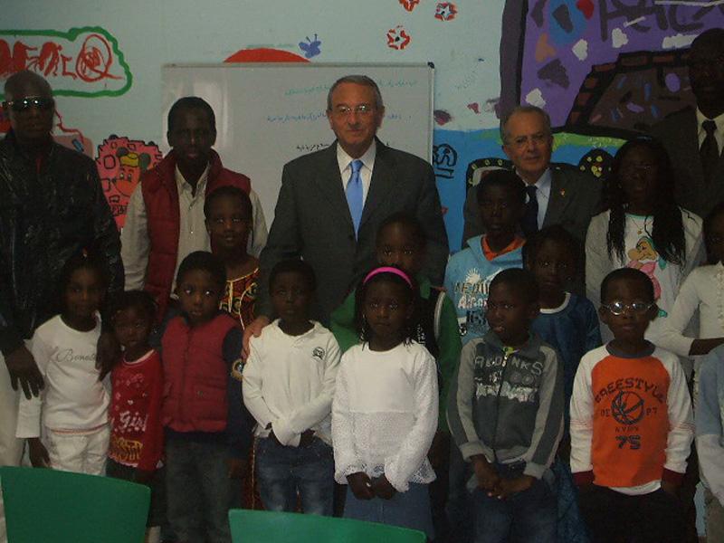 Il sindaco Di Salvatore con alcuni bambini senegalesi all'inaugurazione della Scuola del Corano